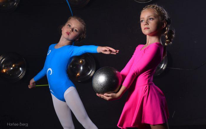 розовый гимнастический купальник, голубой гимнастический купальник, колготки, художественная гимнастика